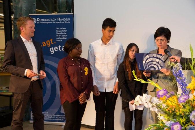"""Projekt """"Macht die Turnhalle für die Flüchtlinge aus der St. Paulikirche auf!"""" der Stadtteilschule am Hafen, Hamburg"""